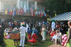 Halloween-paraden på skolen kl. 8 samler mange barn og foreldre hvert år