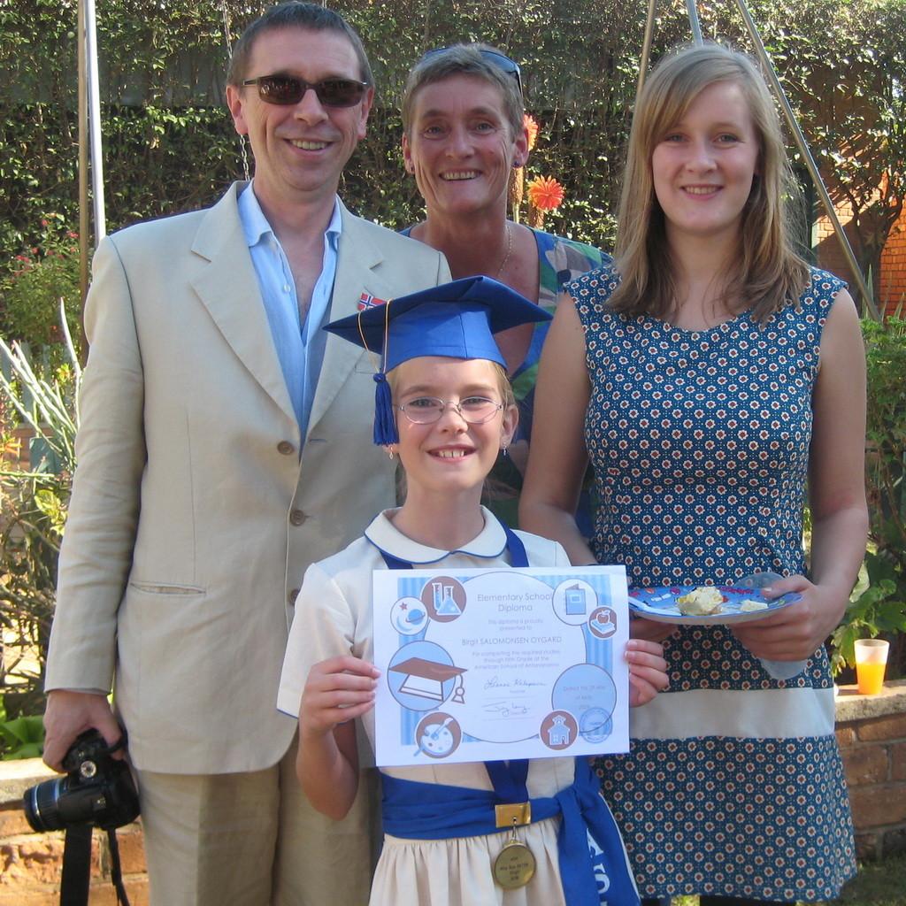 Familien samlet på jentenes siste skoledag før sommerferien 2009